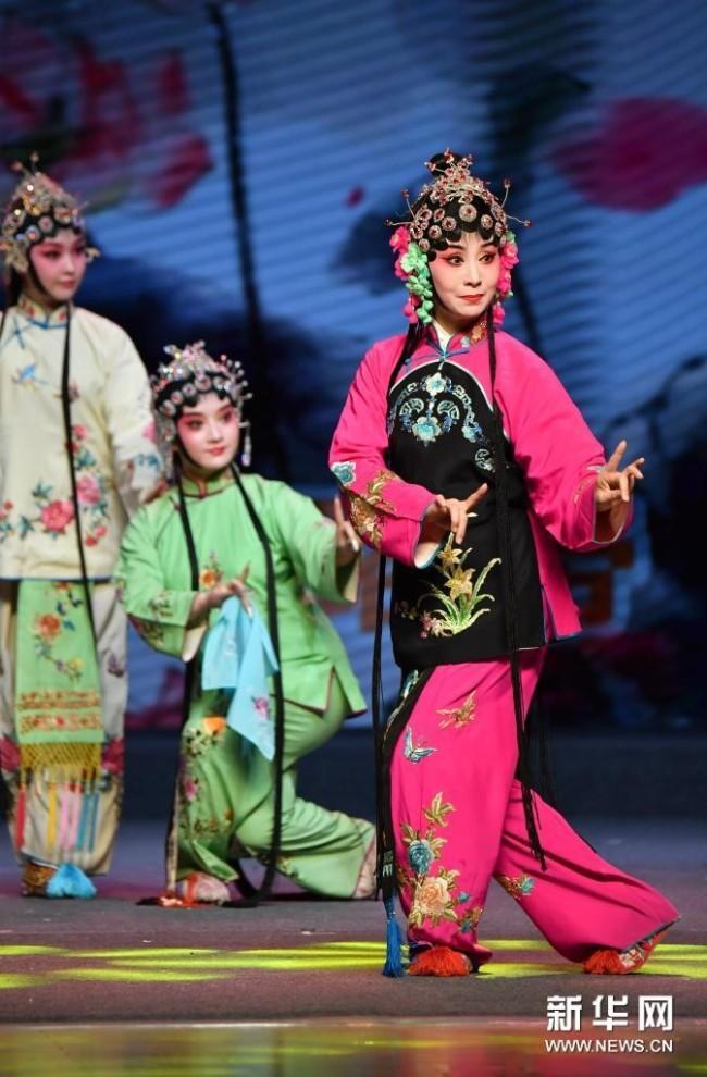 5月15日,演员在开幕演出上表演秦腔《十五贯·我爹爹贪财把我卖》。新华社记者 邵瑞 摄