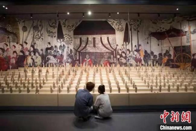 """18日,游客观看""""锦绣太原历史文化展""""。 张云 摄"""