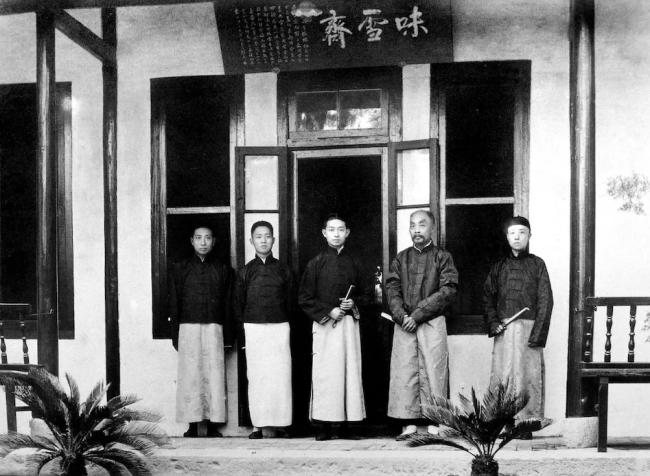 张謇与梅兰芳合影。1922年,张謇与梅兰芳等在味雪斋前合影。自左向右依次为:姜妙香、姚玉芙、梅兰芳、张謇、王凤卿。