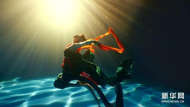 演员演绎水下飞天舞蹈《洛神水赋》(视频截图)。新华社发(河南广播电视台供图)