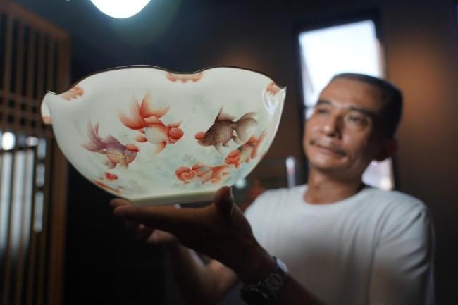 熊国安在展示他制作的薄胎碗(7月13日摄)。新华社记者 周密 摄