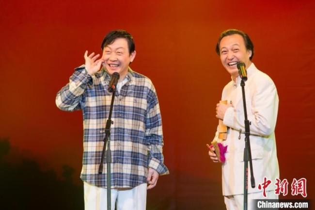 柴京云(右一)、柴京海(左一)兄弟二人表演大同数来宝。 柴京云供图