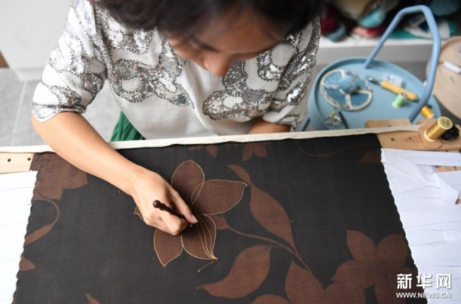 在广州荔湾区泮塘五约的法绣工坊,王颖峰在刺绣(8月20日摄)。新华社记者 邓华 摄