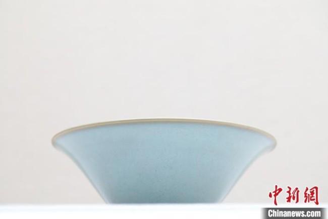 """大阪市立东洋陶瓷美术馆 金 钧窑月白釉碗 """"动脉影"""" 摄"""