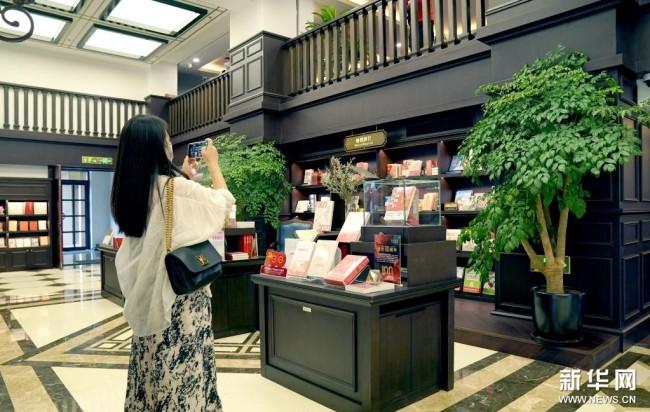 读者在西安钟楼书店内(8月25日摄)。新华社记者 刘潇摄
