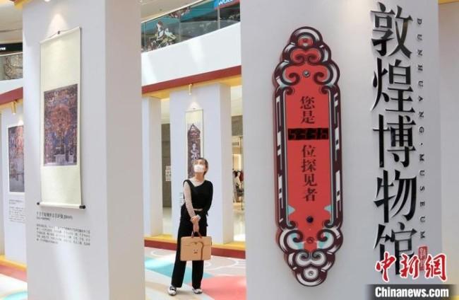 2021年5月,甘肃兰州万达广场内,市民参观敦煌博物馆馆藏文物及画作复刻品,近距离感受敦煌文化。 高展 摄
