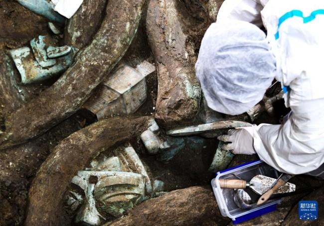 """考古人员在四川德阳广汉市三星堆考古发掘现场8号""""祭祀坑""""内工作(9月2日摄)。新华社记者 王曦 摄"""