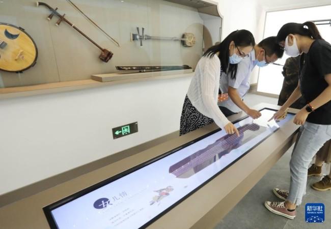 9月29日,观众在苏州博物馆西馆参观体验。