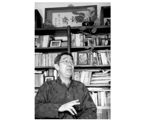 徐城北,笔名塞外、品戏斋,1942年生于重庆,在北京长大,1965年毕业于中国戏曲学院。历任中国京剧院编剧、研究部主任,中国艺术研究院戏曲研究所研究员。著有《京剧一百题》《梅兰芳与二十世纪》《京剧架子与中国文化》《老北京:帝都遗韵》《老北京:巷陌民风》《老北京:变奏前门》等。(照片由郭延冰于2006年摄)