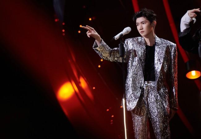 """王源《我们的歌》化身""""火锅英雄""""成员 挑战粤语歌曲引好评"""