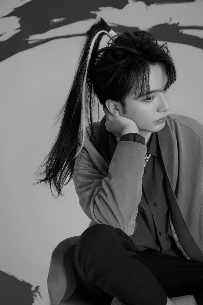 谷蓝帝最新杂志大片曝光 首次尝试古风高马尾尽显侠客风范