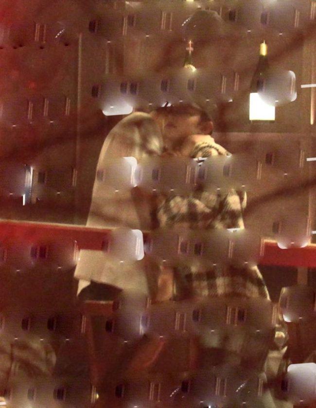 恋情实锤?林更新盖玥希在饭局拥抱搂肩互动亲密