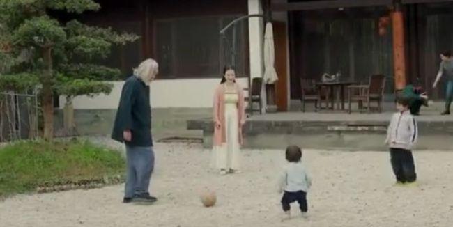 娇妻杜星霖带娃玩耍 69岁张纪中体力不支叉腰观战
