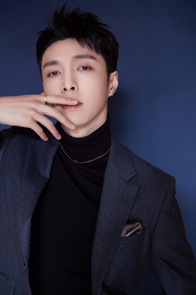 张艺兴出席活动变身钢琴王子 解锁两刊封面时尚表现力不俗