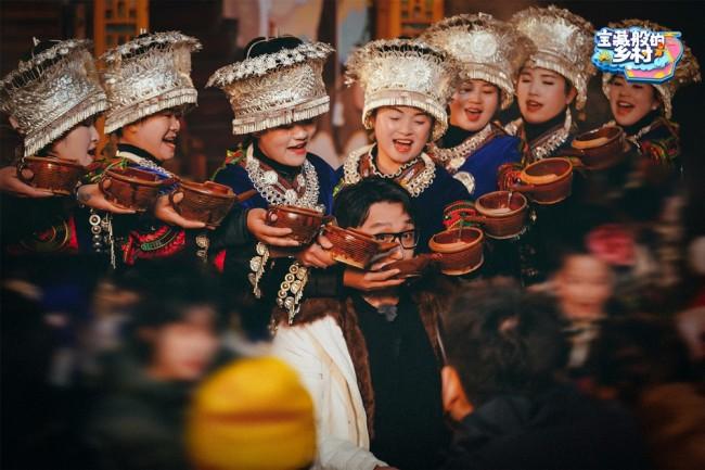《宝藏般的乡村》展现苗寨风情 华少率宝藏团玩转苗年长桌宴