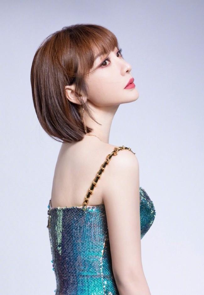 柳岩穿蓝色开叉吊带裙 大秀S型曲线身材优越