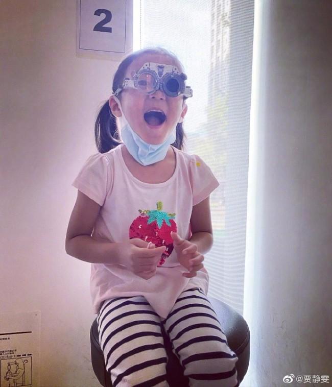贾静雯女儿咘咘被查出先天弱视 已戴眼镜进行治疗