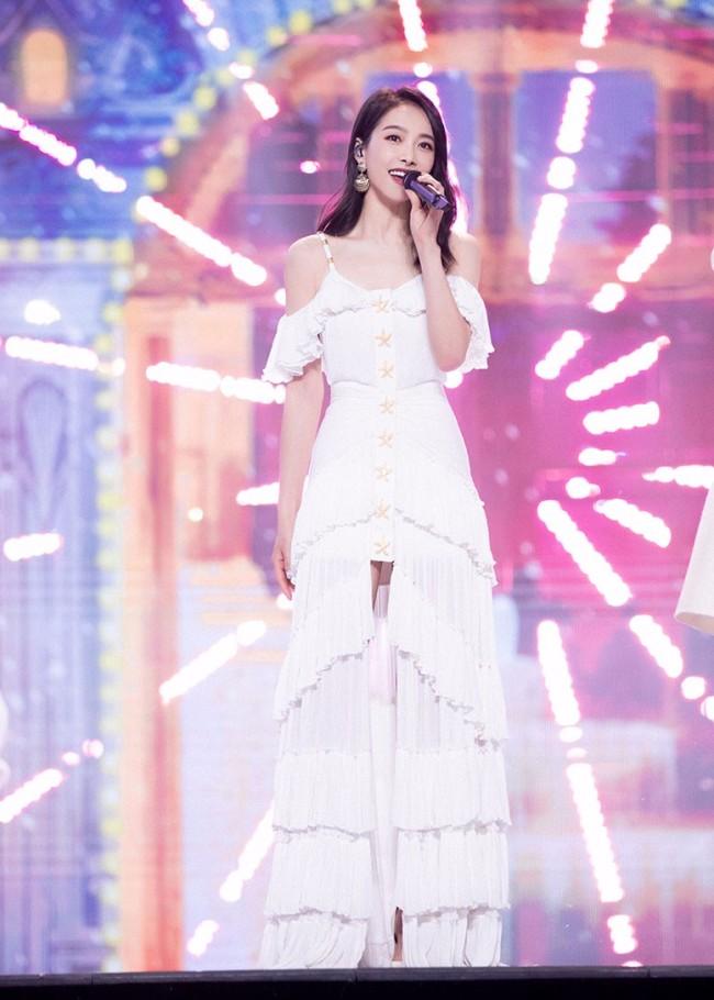 宋茜出席2021湖南卫视春晚 温柔颂歌漫游星海月光