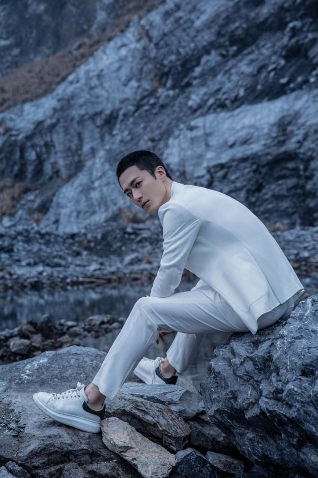 茅子俊白西装写真曝光 优雅诠释型男魅力
