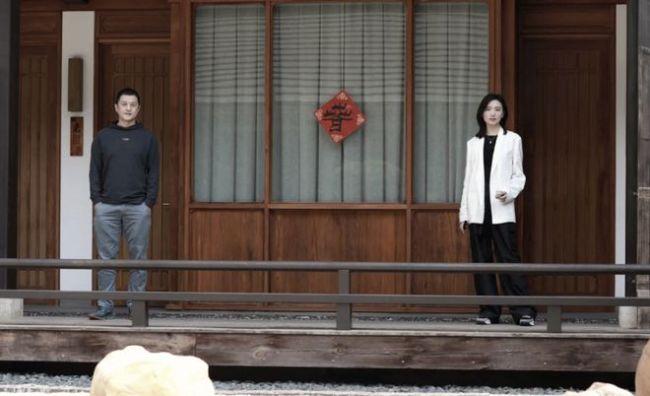 又合体!李亚鹏与女友拍写真疑宣传自家酒店