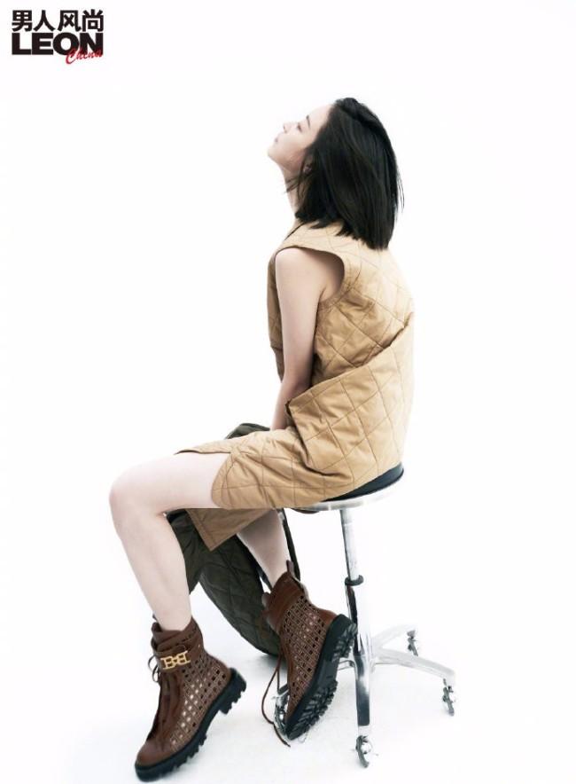 倪妮露香肩上演锁骨杀 眼神迷人造型性感