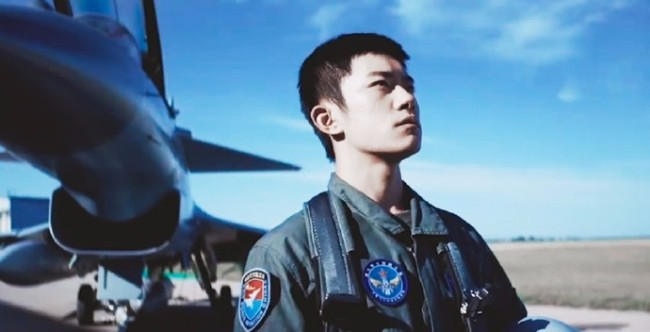 易烊千玺登航空学校初选合格证 眼神坚毅向空军致敬