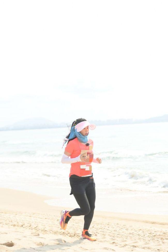 张柏芝参加马拉松 穿运动服小腹未见明显凸起
