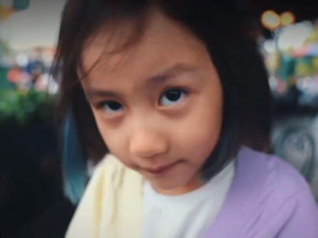 孙莉带儿女游迪士尼 弟弟罕露正脸 7岁多妹染发