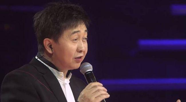 54岁付笛声与妻商演捞金舞台简陋 被曝出场费40万