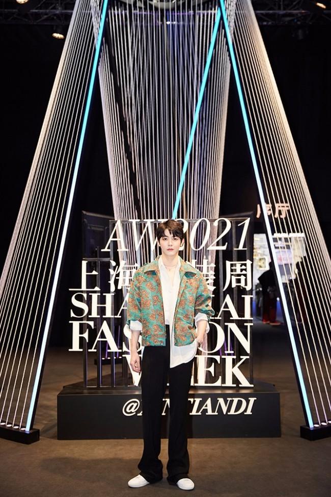 戴景耀亮相上海时装周 刺绣外套尽显贵公子风范