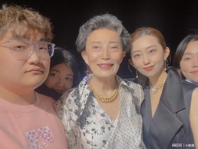 歌手刘芊螢亮相上海时装周 长腿吸睛
