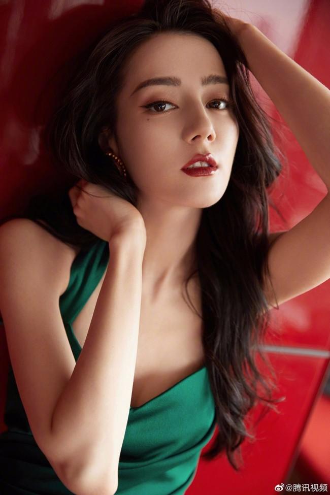 迪丽热巴墨绿色长裙惊艳亮相 妩媚吸睛