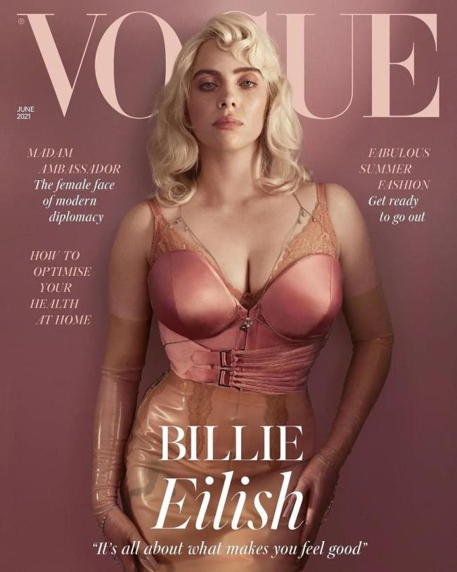 脱掉大码装的碧梨身穿性感内衣拍大片竟酷似寡姐