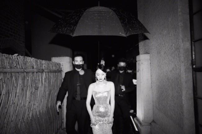 46岁周迅穿抹胸裙秀身材 获保镖撑伞氛围感满满