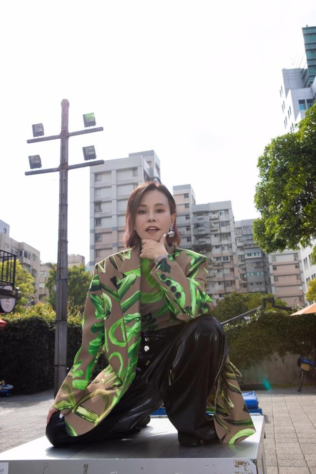 彭佳慧新专《太难唱了》好评不断《我先请》MV上线