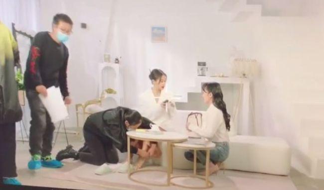 好大架子!王子文拍广告 女助理趴下跪着为她穿鞋