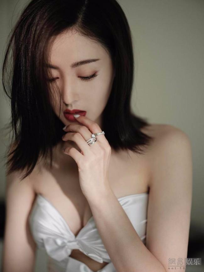 张天爱穿抹胸裙秀蛮腰 大裙摆转身气势非凡