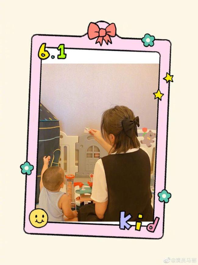 马丽儿童节晒母子合照 拿飞机哄儿子玩耍画面温馨