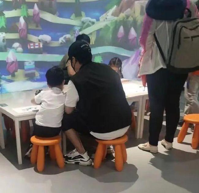 陈思诚离婚后带儿子玩耍 暖心依偎尽显父子情深
