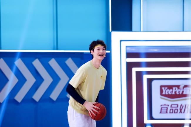 王哲林蒙眼投篮超帅气《运动不一样5》孩子们将篮球玩出新花样