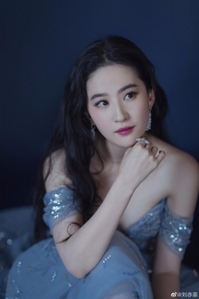深海美人鱼!刘亦菲蓝色纱裙梦幻优雅