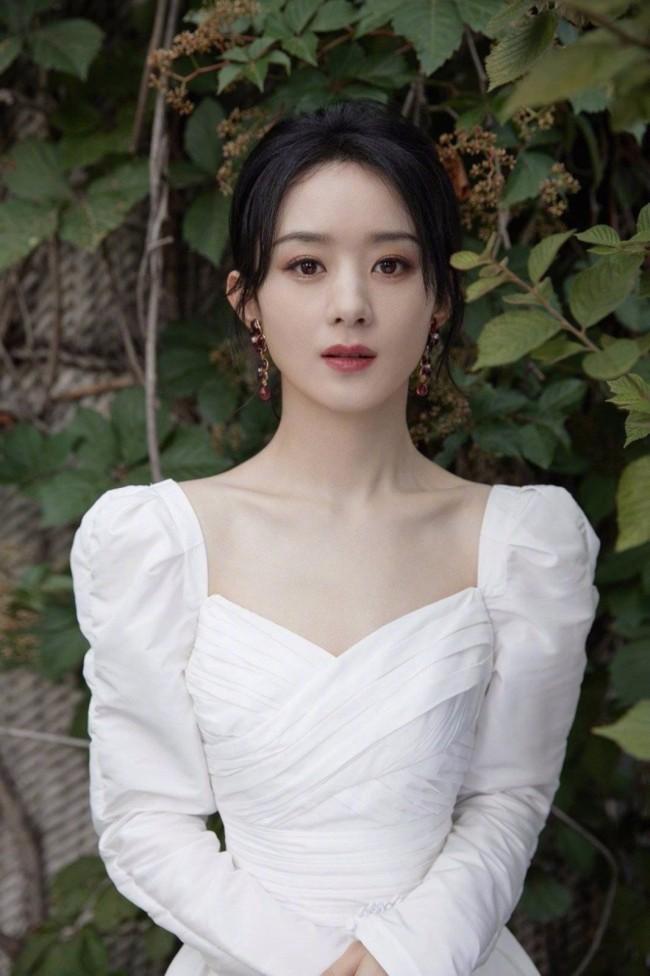 赵丽颖穿白裙少女感足 对镜浅笑超清新