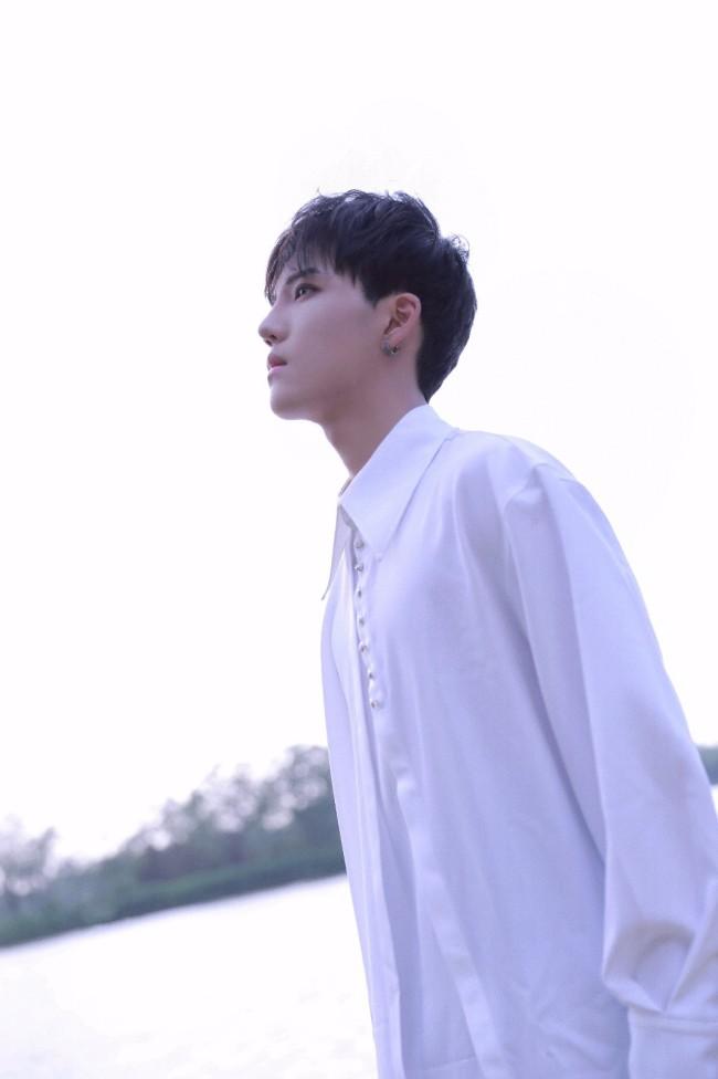 李逸晨星河大片释出 神秘浪漫演绎时尚多面性