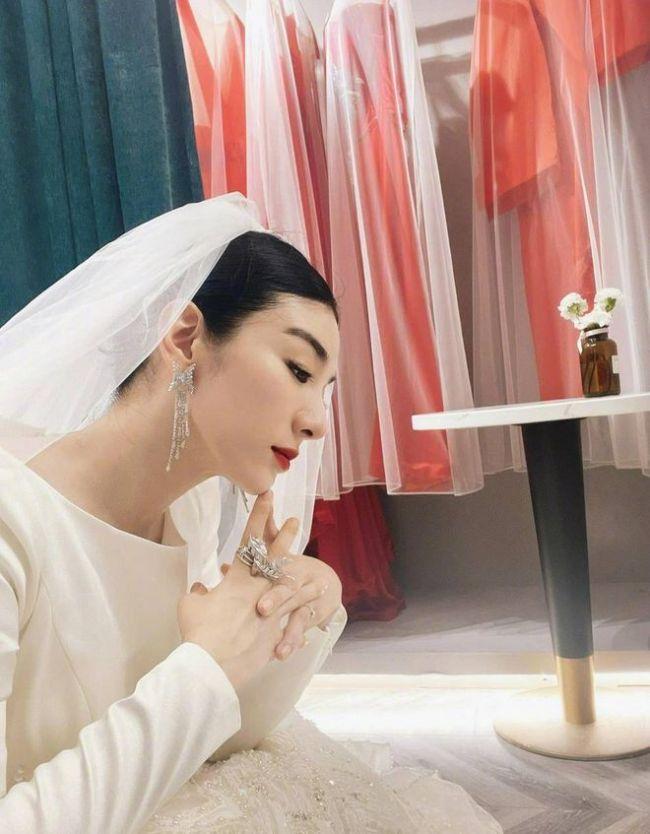 黄奕穿婚纱自拍颜值超高 自侃:老嫁人怪不得不靠谱