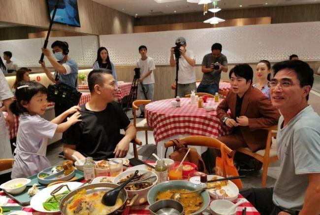网友偶遇郎朗夫妇餐厅吃饭 吉娜对镜比耶好亲和