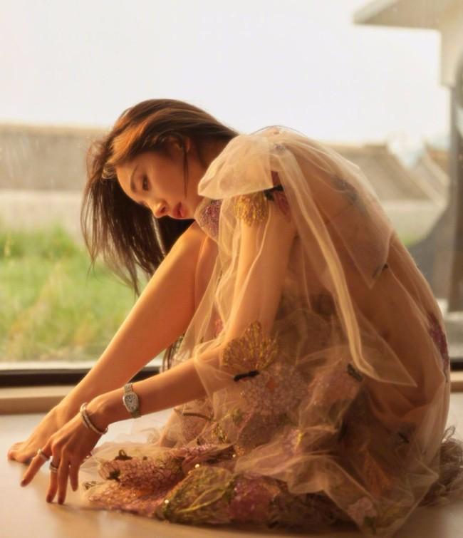 杨幂黑色轻纱裙勾勒曼妙身姿 性感与魅惑并存