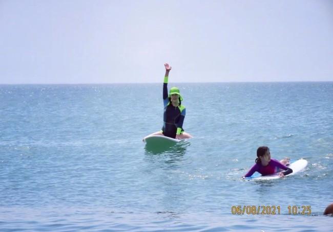 钟丽缇带女儿三亚冲浪 三人穿紧身衣大长腿吸睛