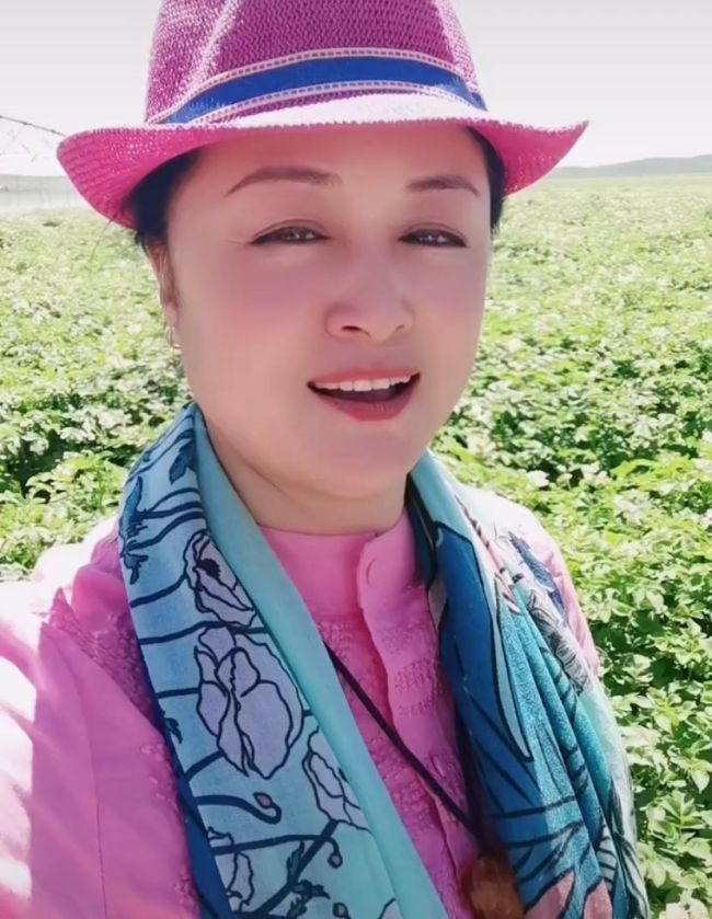 于月仙社交平台最后身影:草原采蘑菇 打扮如少女