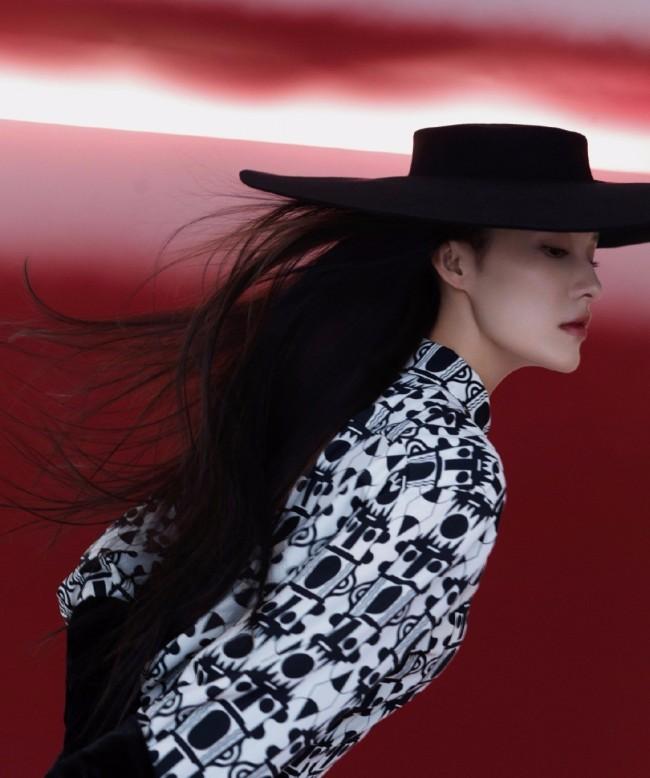 李沁黑白红摩登大片质感高级 高马尾造型简约利落