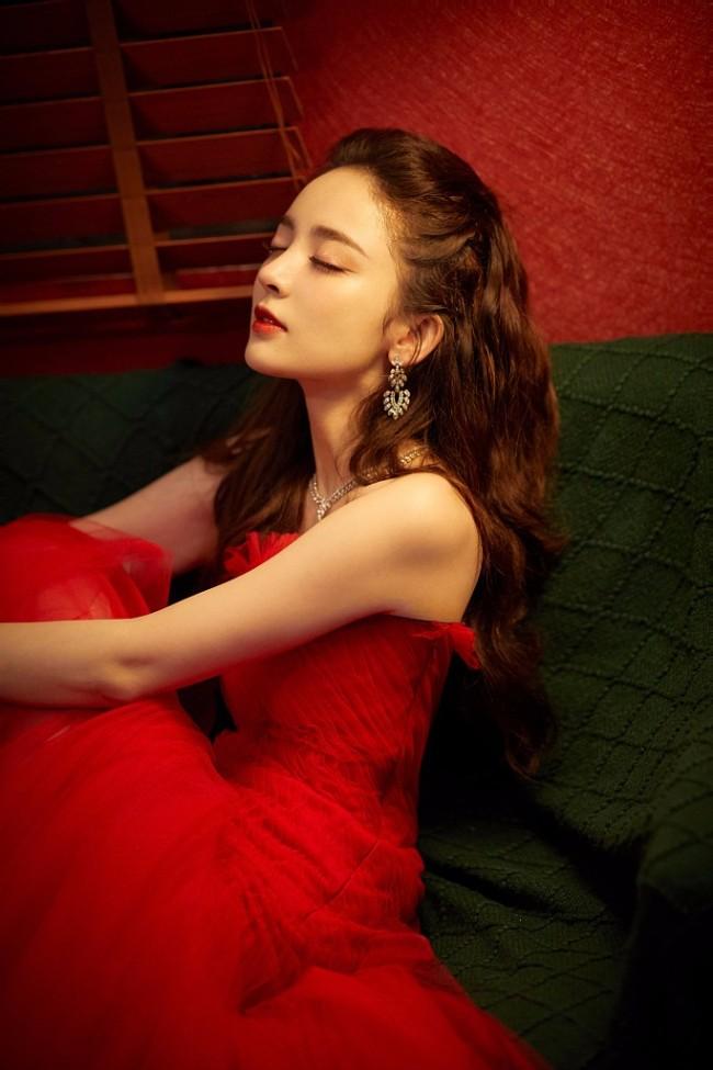 古力娜扎着红裙卷发缱绻 手捧玫瑰明艳动人
